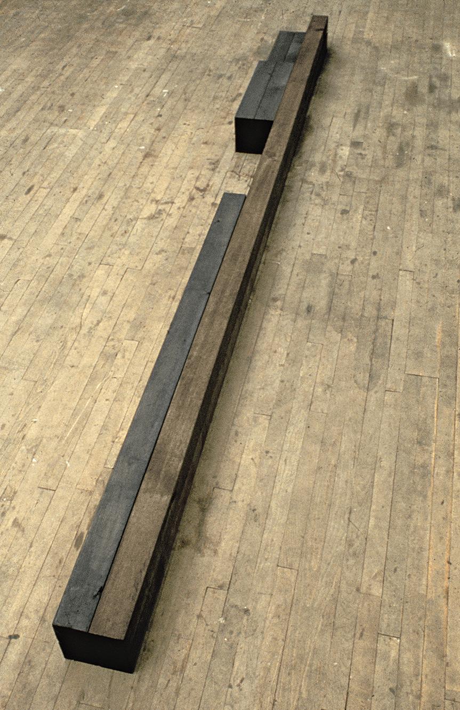 Sans titre  (1976)   Cèdre, créosote, 30,3 x 30,4 x 365,7 cm, collection de la Banque d'oeuvres d'art du Conseil des Arts du Canada. photo : G. Szilasi