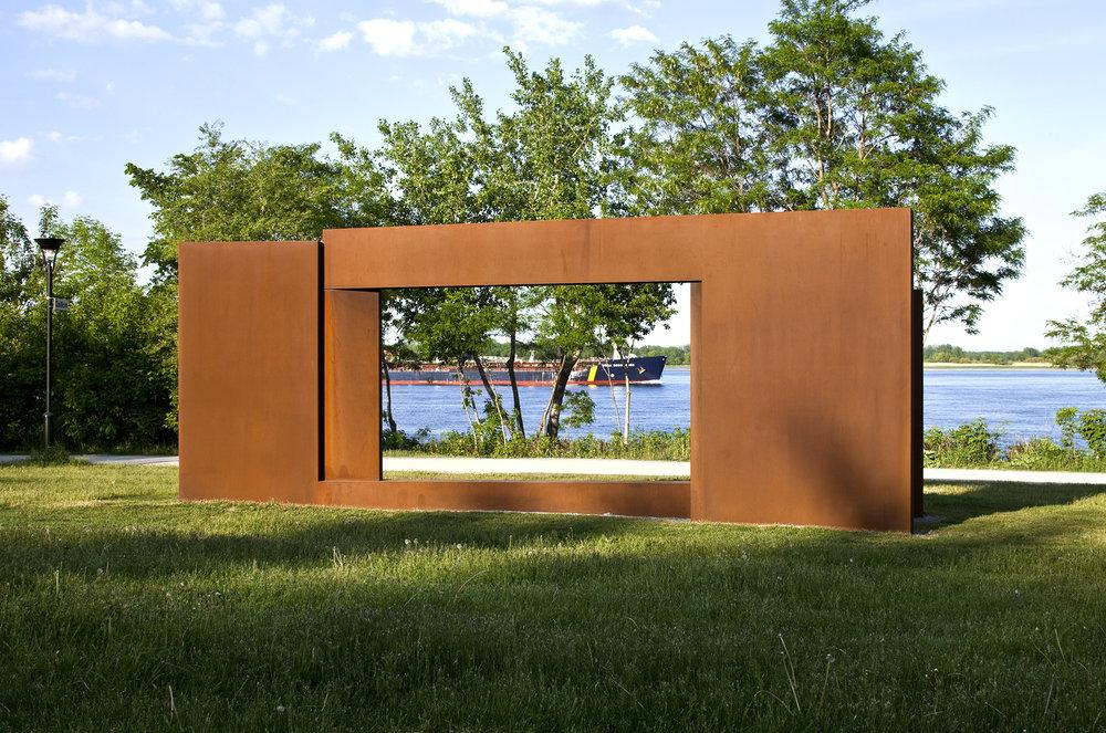 Continuum  (2009)   Ville de Montréal, Promenade-Bellerive. Acier corten,305 x 300 x 770 cm. photo : Michel Dubreuil