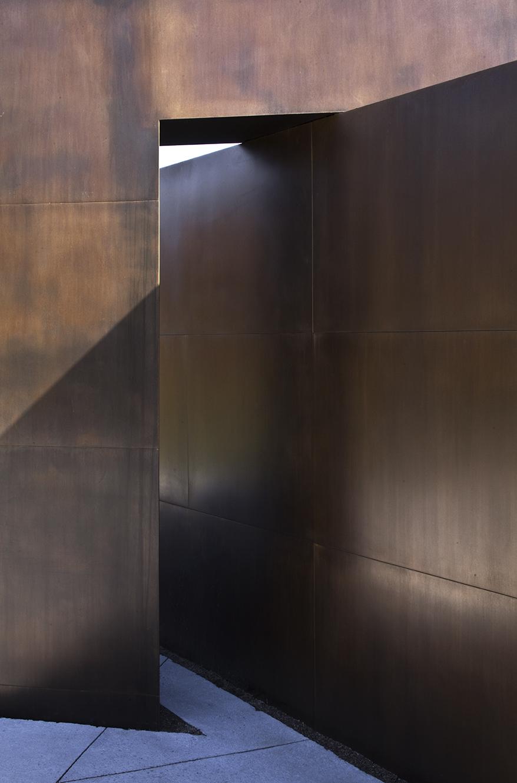 Nos regards se tournent vers la lumière (2010)   Commission de la capitale nationale du Québec, Promenade Samuel-de-Champlain, Québec. Laiton, 310 x 1250 x 1250 cm. photo : Michel Dubreuil
