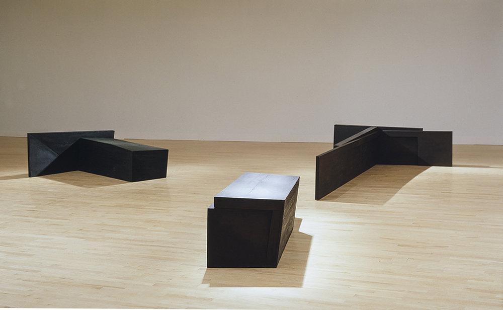 La part de l'ombre (1985 - 1986)    Bois polychrome, 86.5 x 760 x 750 cm, collection du Musée national des beaux-arts du Québec