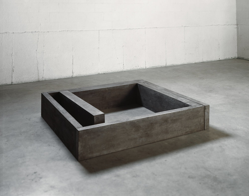 Lieu  (1980)   Ciment, 31,7 x 151.8 x 163,8 cm, collection du Musée des beaux-arts de Montréal. photo : Richard-Max Tremblay