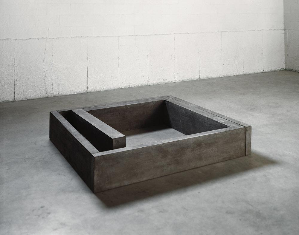 Lieu  (1980)   Ciment, 31,7 x 151.8 x 163,8 cm, collection du Musée des beaux-arts de Montréal. photo : Richard-Max Tremblay