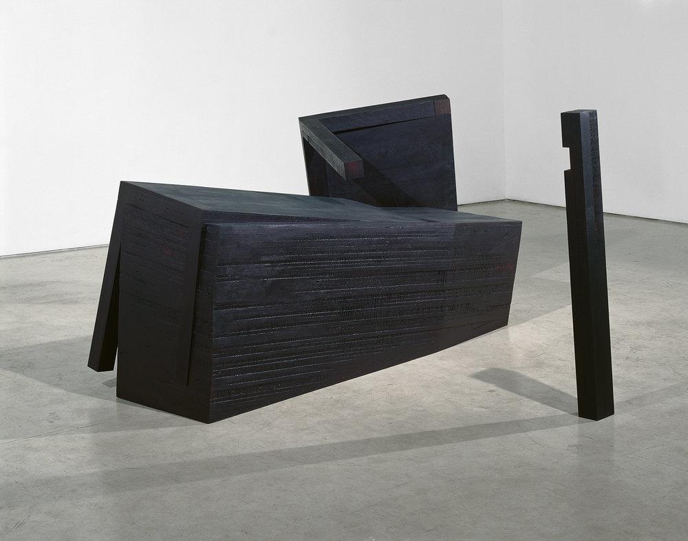 Heurte, heurte à jamais  (1990 - 2005)   Bois polychrome, 152 x 152 x 284 cm, collection privée. Photo : Richard-Max Tremblay