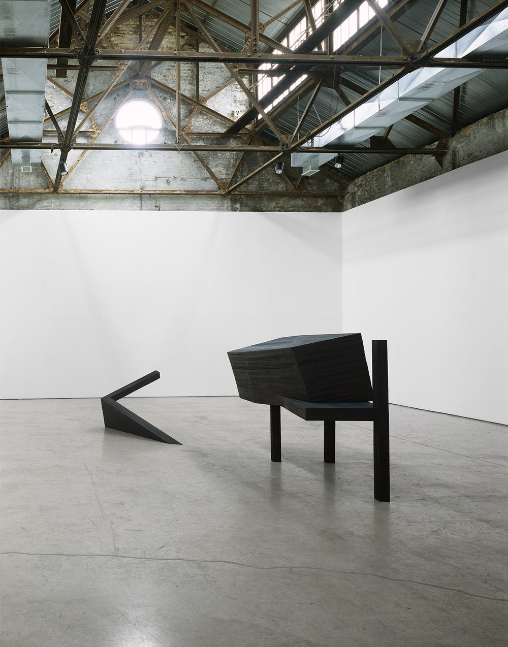 Déjà la nuit s'avance II  (1992)   Bois polychrome, 151 x 493 x 234 cm, collection du MOCCA. photo : J. Rodycz