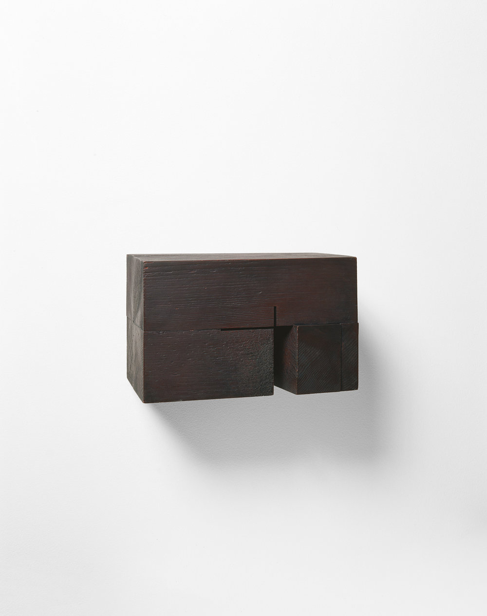Demeure XVIII  (1990)   Bois polychrome, 16.5 x 27 x 17 cm, collection du Conseil des arts du Canada. photo : Richard-Max Tremblay