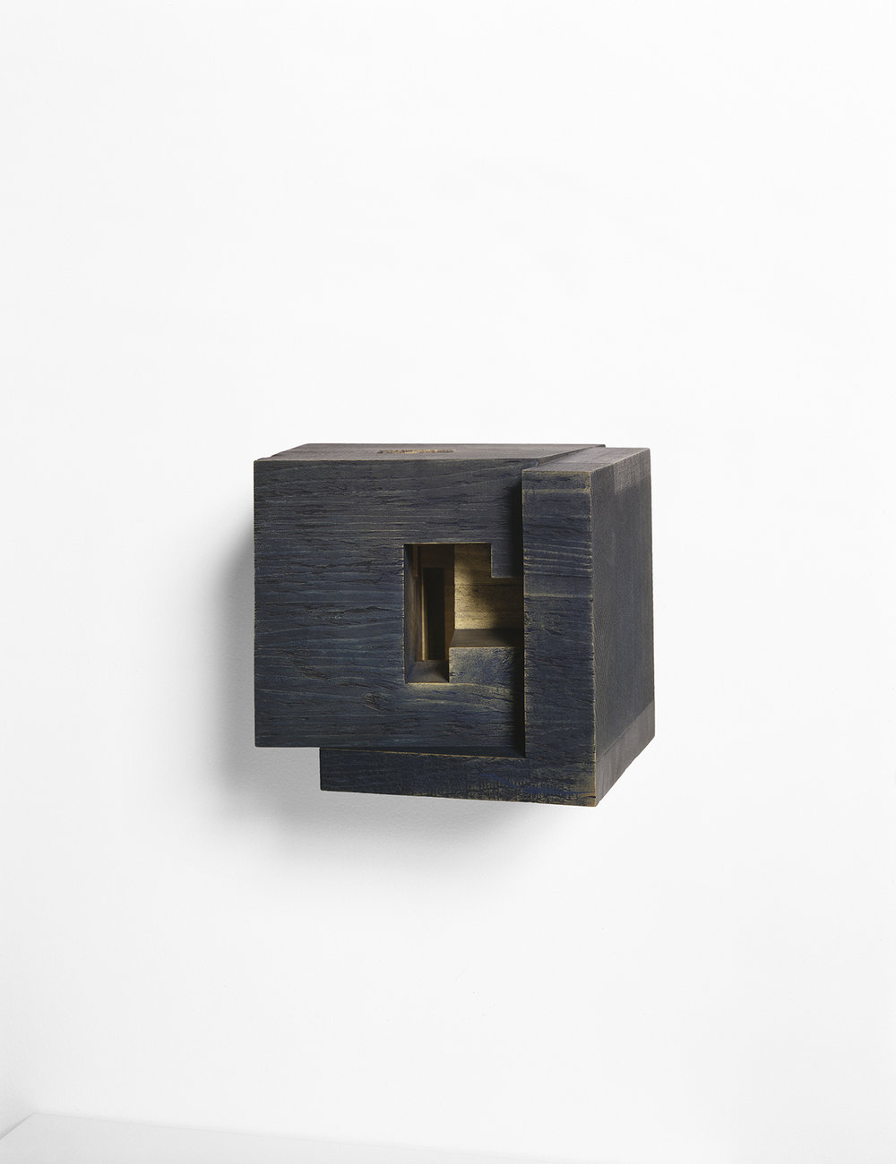 Demeure III  (2001)   Bois polychrome, 19 x 25 x 24 cm, collection de l'artiste. photo : Richard-Max Tremblay