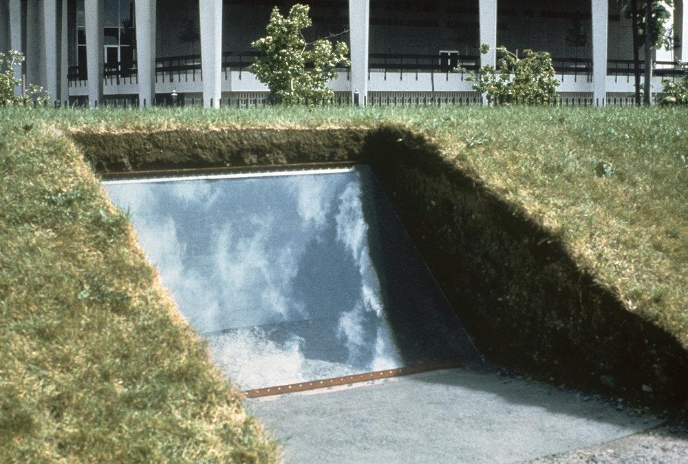Sculpture lumineuse (1974)   Terre, verre, acier et treillis, 152 x 182.8 x 304.8 cm, exposition Plein Air au MACM, oeuvre éphémère.photo : Roland Poulin