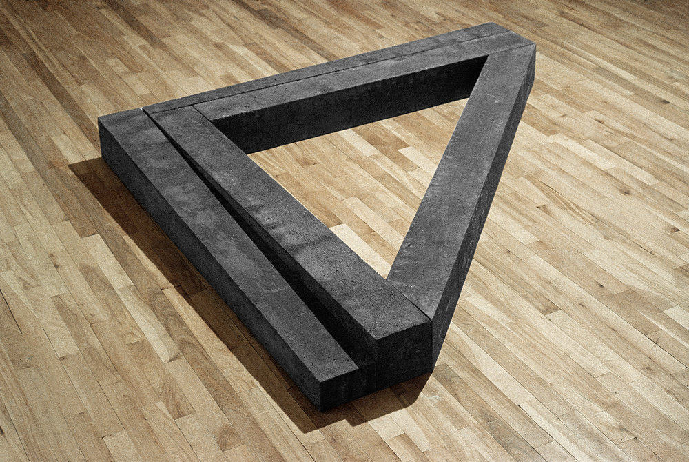 Angulaire  (1978)   Ciment, 14 x 143 x 172 cm, Collection du conseil des arts du Canada. photo : G. Szilasi