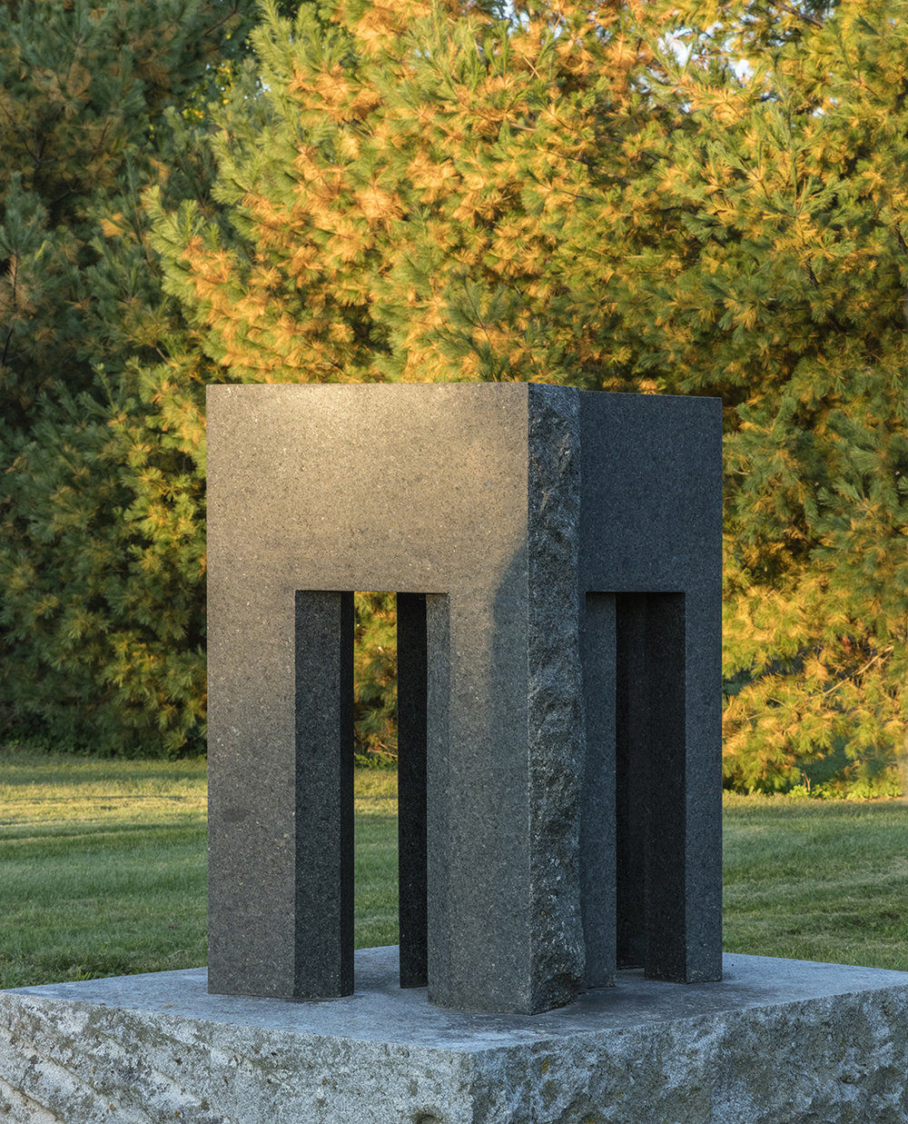 Fini/Infini  (2003)   Granite, 160 x 130 x 173 cm, collection de l'artiste. photo : Richard-Max Tremblay