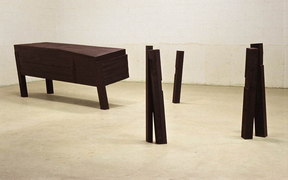 Déplacement lent  (1990)   Bois polychrome, 11 x 80 x 240 cm, collection du Musée des beaux-arts du Canada. photo : Richard-Max Tremblay
