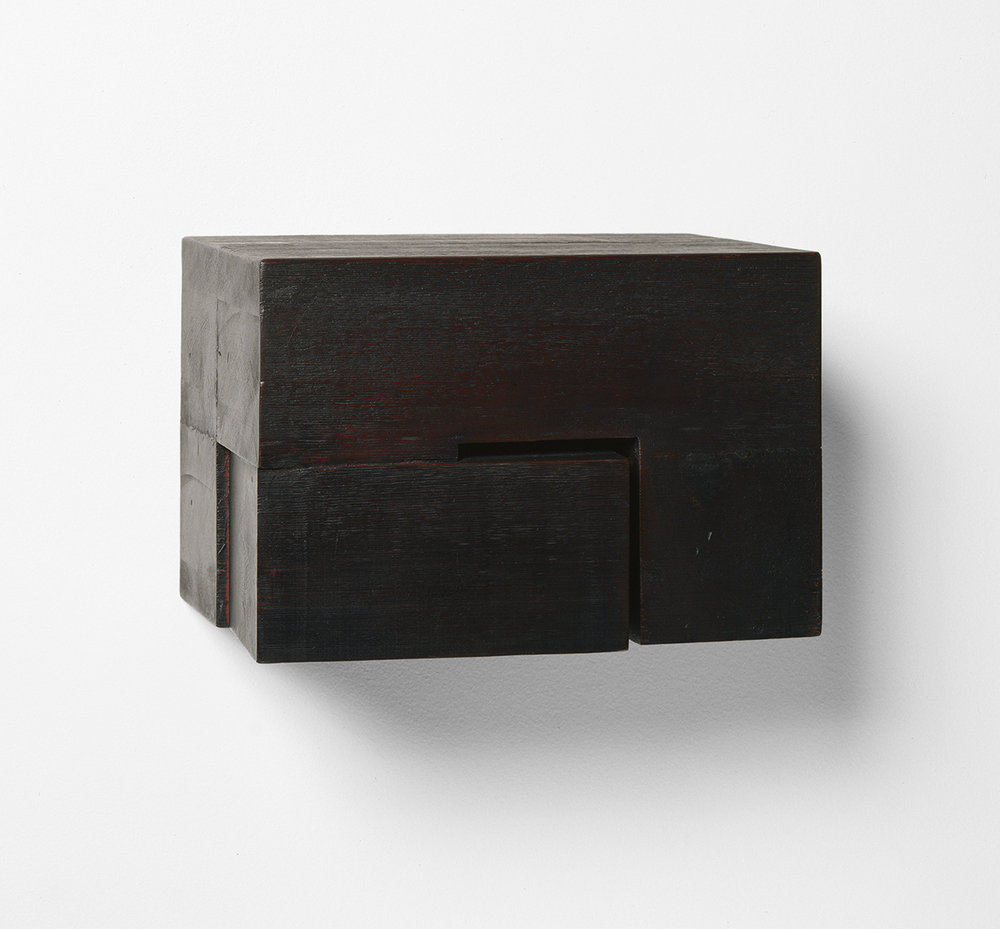 Demeure X  (1990)   Bois polychrome, 16.5 x 24.8 x 17.1 cm, collection privée. photo : Richard-Max Tremblay
