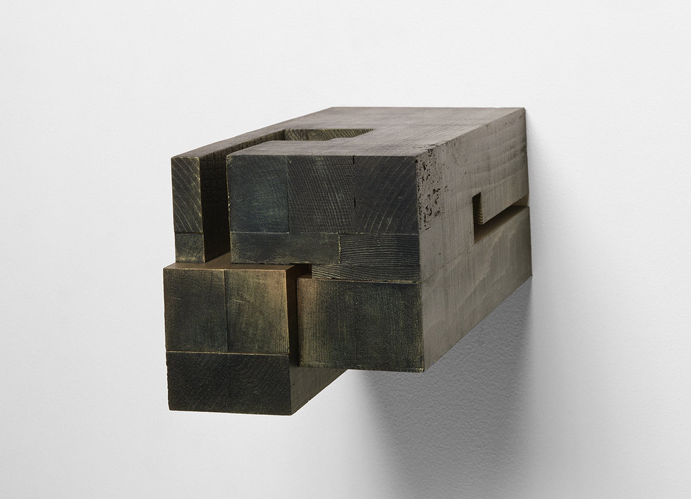 Demeure VIII  (2002)   Bois polychrome, 15 x 15.5 x 30 cm, collection privée. photo : Richard-Max Tremblay