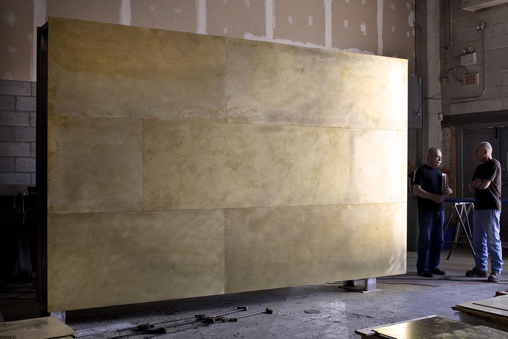 L'artiste et le métalier Michel Bernier devant l'oeuvre  Nos regards se tournent vers la lumière  en cours de réalisation. photo : Michel Dubreuil