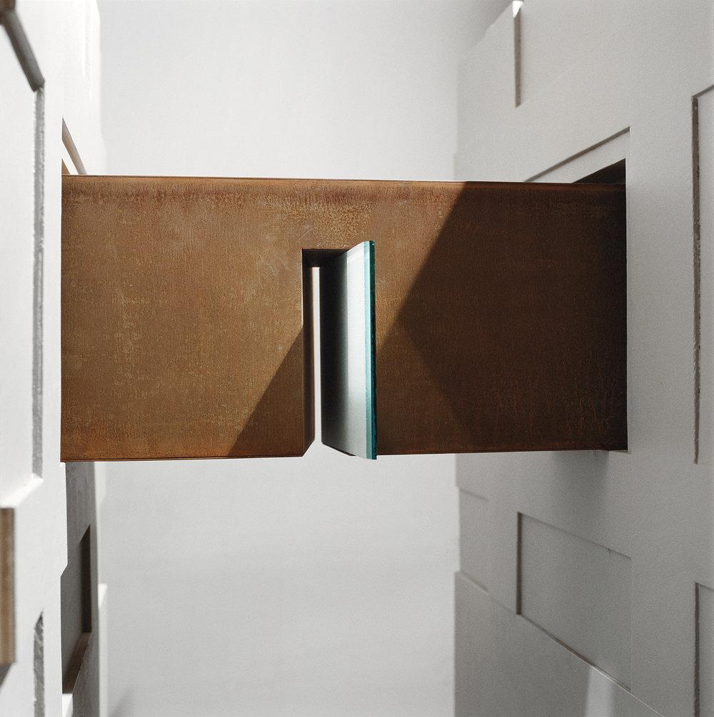 Passages  (1989)   Maquette réalisée pour le MBAM dans le cadre d'un concours d'art public.Acier corten et verre dépoli, 75.5 x 51.4 x 193, collection de l'artiste. photo : Richard-Max Tremblay