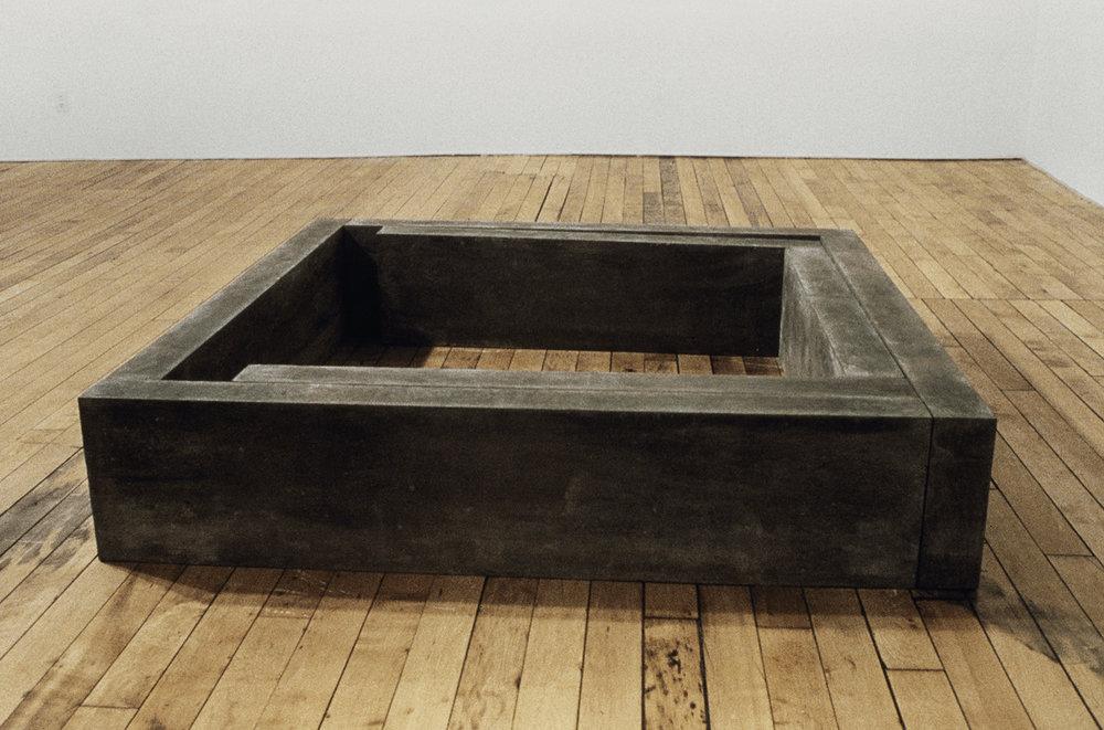 Contenu  (1980)   Ciment, 30,5 x 145 x 148,5 cm. photo : G. Szilasi
