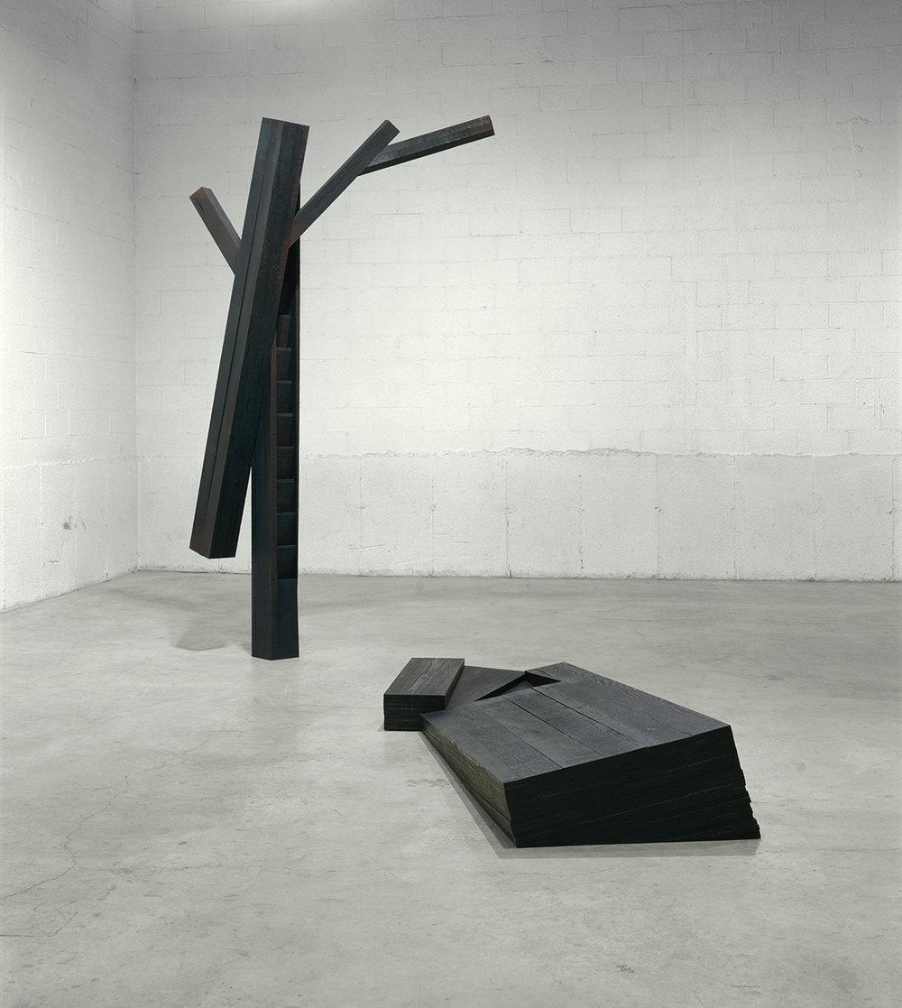 Axis mundi  (1997)   Bois polychrome,292 x 210 x 340 cm, collection de l'artiste. photo : Richard-Max Tremblay