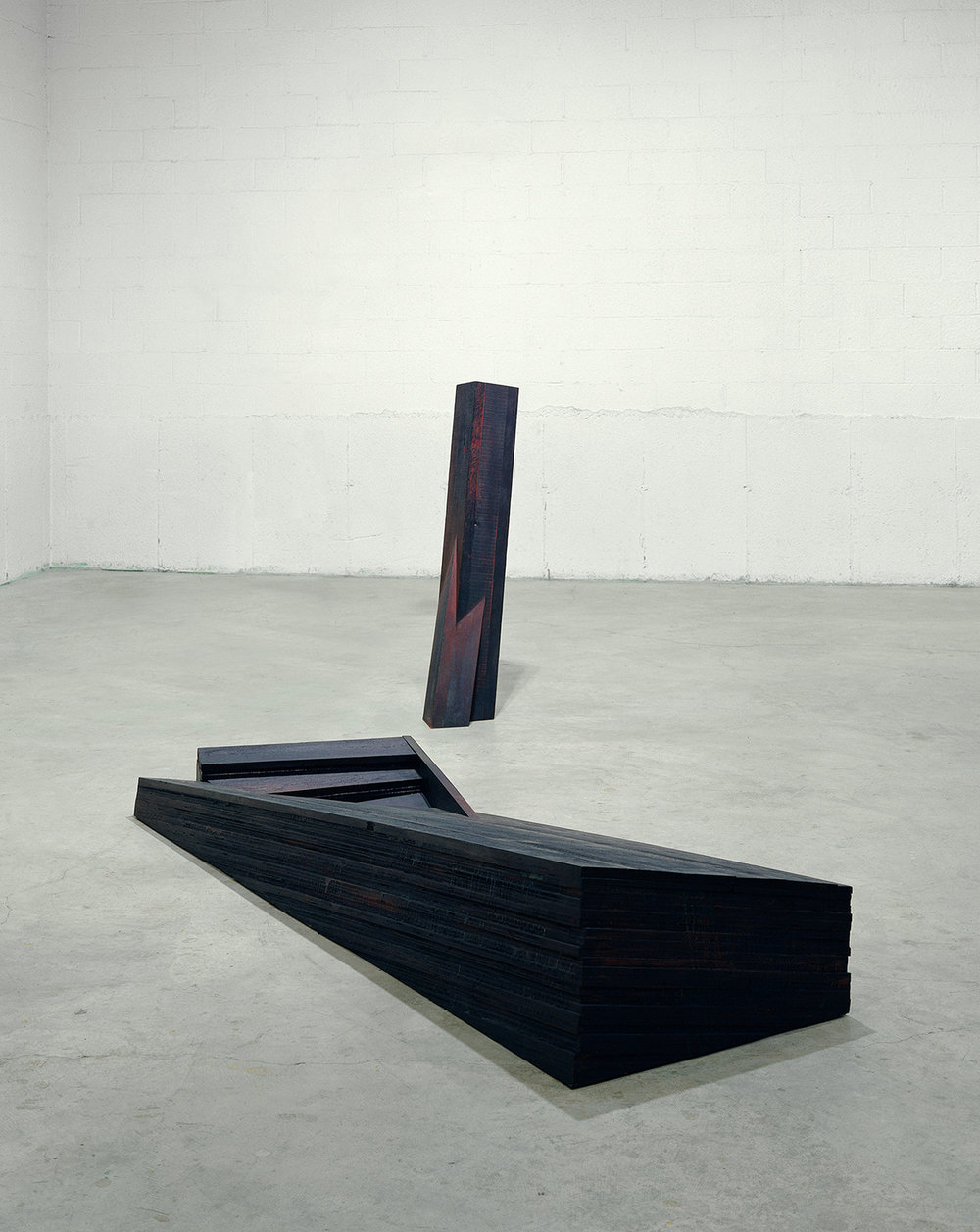 Entailles  (1996)  Bois polychrome, 132 x 90 x 41 cm, collection de l'artiste. photo : Richard-Max Tremblay