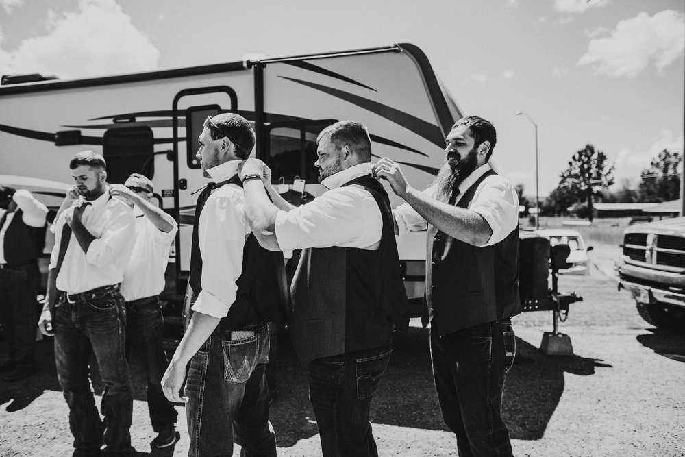 klamath-falls-wedding-groomsmen-getting-ready