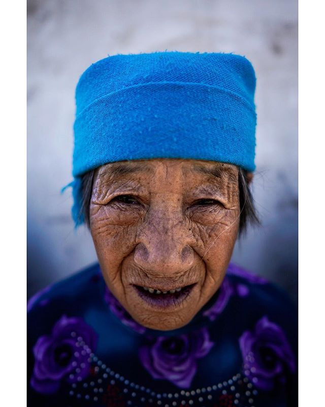Hebei - 2018 . I met this lady in a small rural village somewhere in northern Hebei, close to the border of Inner Mongolia. The average yearly income per capita in this village is around 1500 yuan (~300 $). There are very few people there, maybe 20, all of them elders. Most of the former inhabitants left in the past few decades, to go work in the cities. As a result, more than half the houses there are abandoned and slowly falling to pieces. This lady is one of the few remaining living pieces of China's long agricultural history. . . . . . . . . . . #streetportrait #streetphotography #postemotion #postthepeople #makeportraits #spicollective #ig_streetphotography #ig_street #lensculture #streetshared #alphacollective #streetphotos #streetdreamsmag #magnumphotos #alphauniverse #artofvisuals #moodygrams #sonycollective #vscomood #vsco #vsxoportrait #streetmagazine #street_vision #thelensbible #thestreetphotographyhub . .