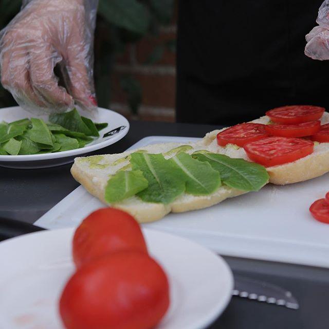 Toda nuestra comida está hecha a mano con ingredientes frescos. Cual es tu favorito? #paninis #frescos #hechoamano #venaprobar
