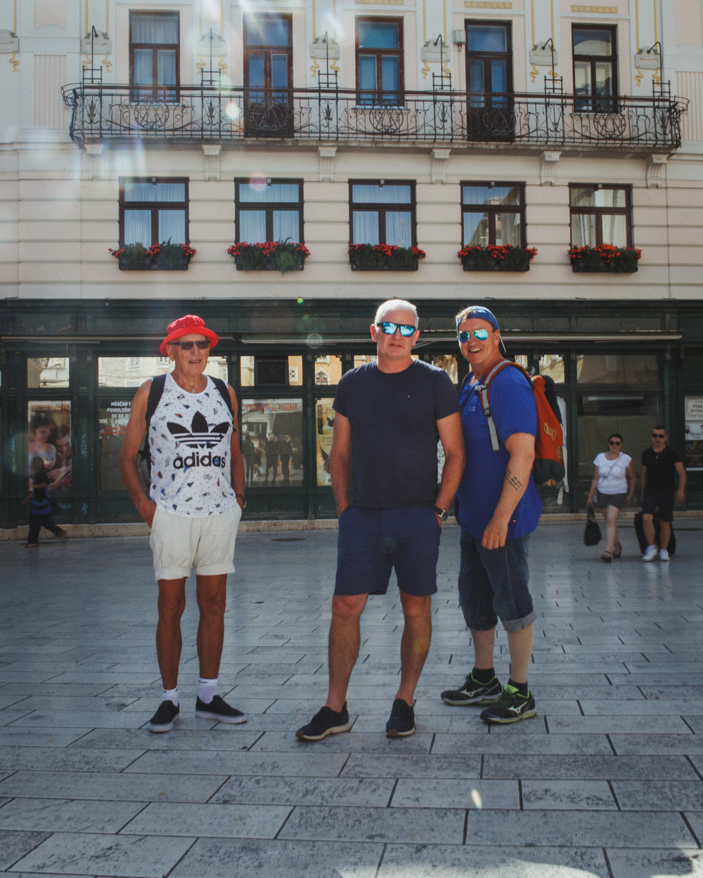 Here he is at the left! The legend himself is sporting an Adidias tank top and a bold red bucket hat for sun protection. Who said you couldn´t stay safe while looking cool? Happy 80th birthday Lars!