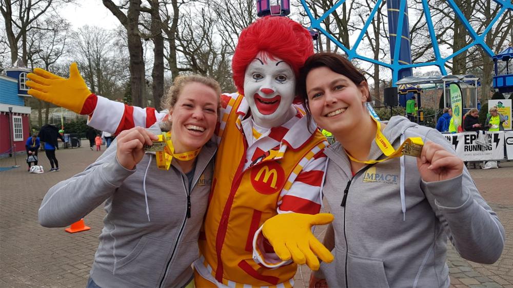 Loes en Eveline ij de Ronald McDonald-run