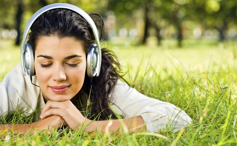 girl-with-headphones-in-Park-wallpaper.jpg