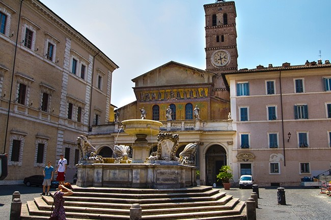 www.tastrailsrome.com_trastevere_piazza.jpg