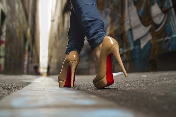 Woman-Walking-On-High-Heels-600x400.jpg
