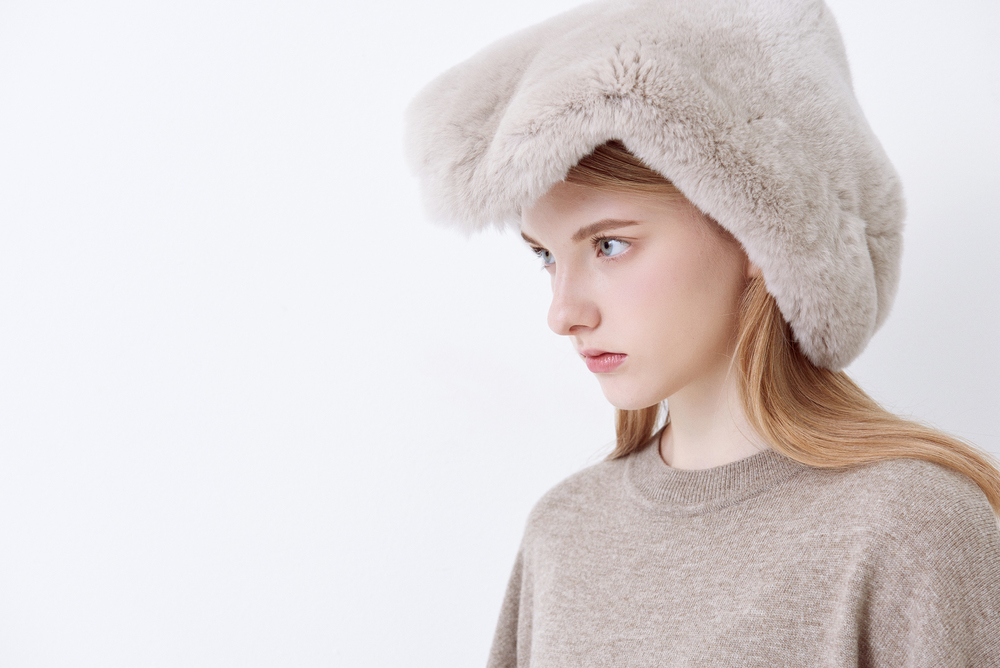 KD01. Oatmeal knit dress, A01. Light brown fur neck warmer
