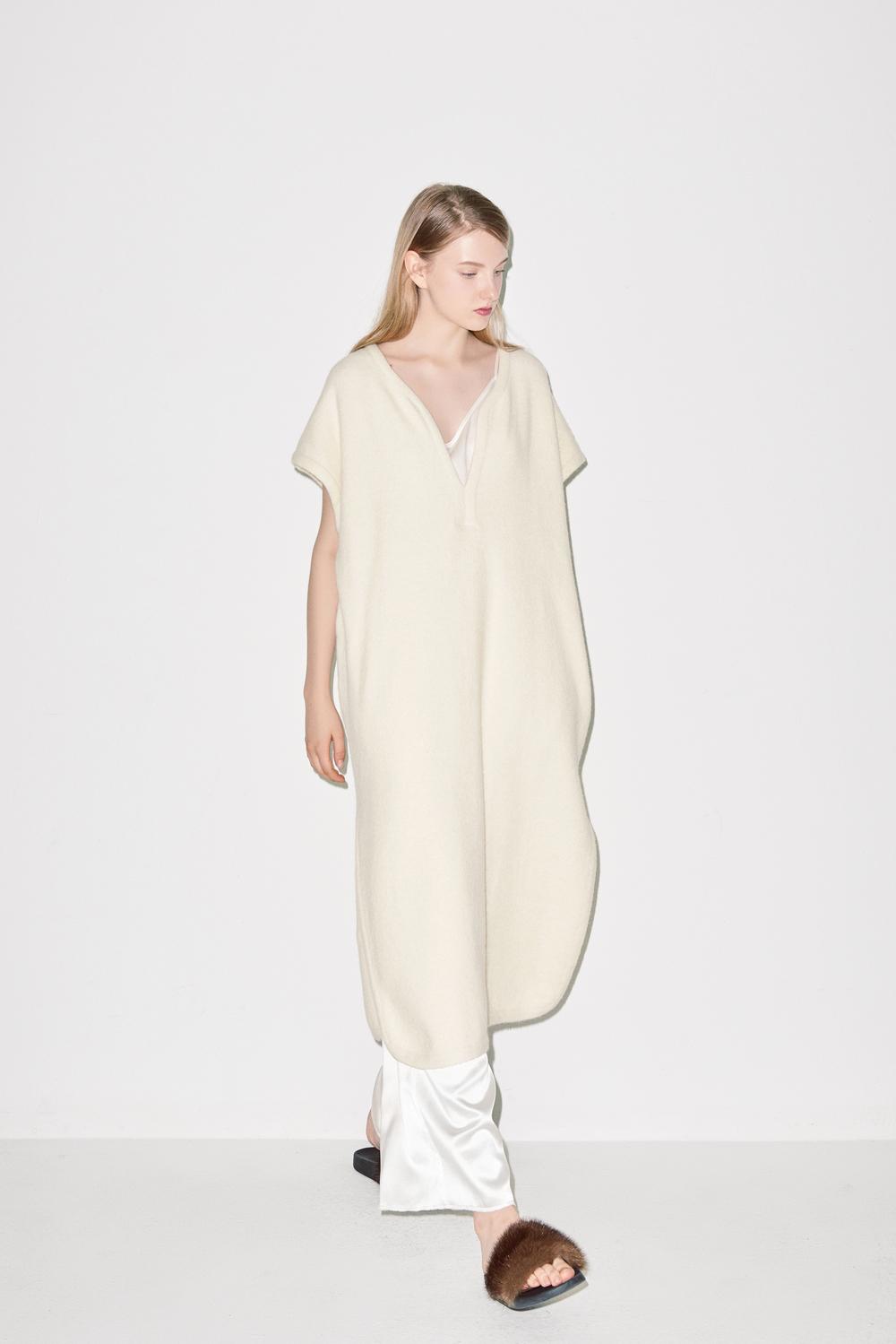 KD02. Ivory knit dress, P04. White silk pants