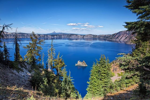 Crater Lake... blue skies o blue waters  #craterlake #craterlakenationalpark #oregonwild #exploreoregon #oregonexplored #traveloregon #ghostship #bluewater #wonder #rei1440project #hikelover #southernoregon #exploremore #adventuretime #liked #like4likeback #followmeto #traveling_sunset