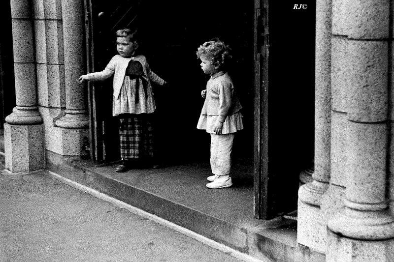 Two little girls in doorway, Manhattan, 1954