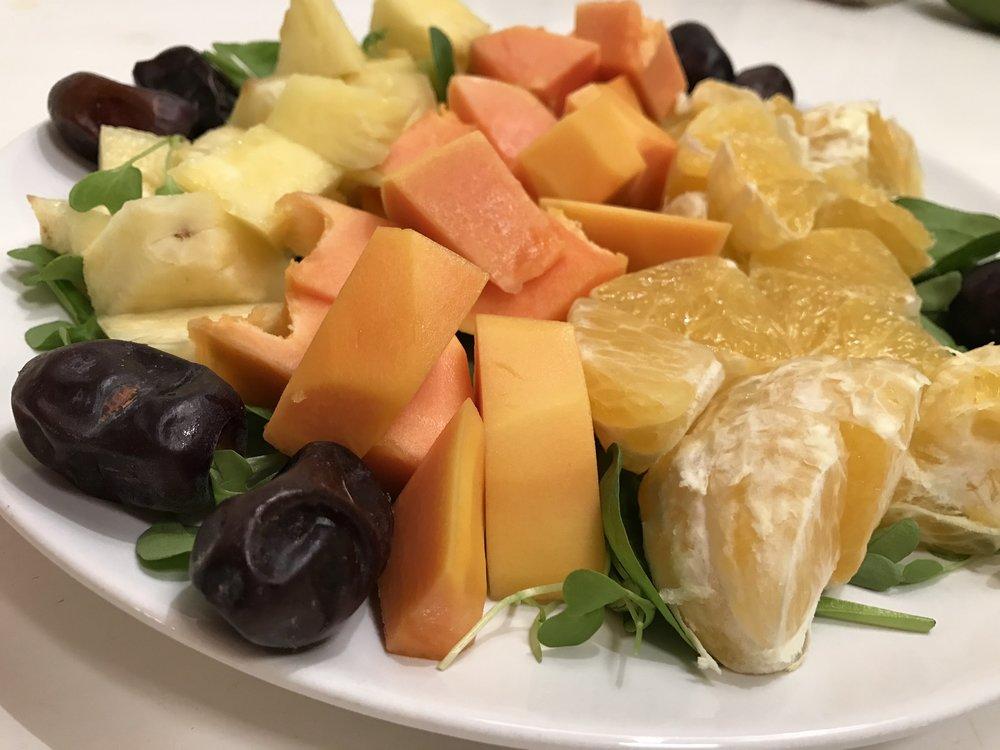 Kaunistava hedelmäateria. Eläväistä, puhdasta ja ravinteikasta ruokaa sinulle joka haluat panostaa nuoruuteen, kauneuteen ja elinvoimaiseen elimistöön.