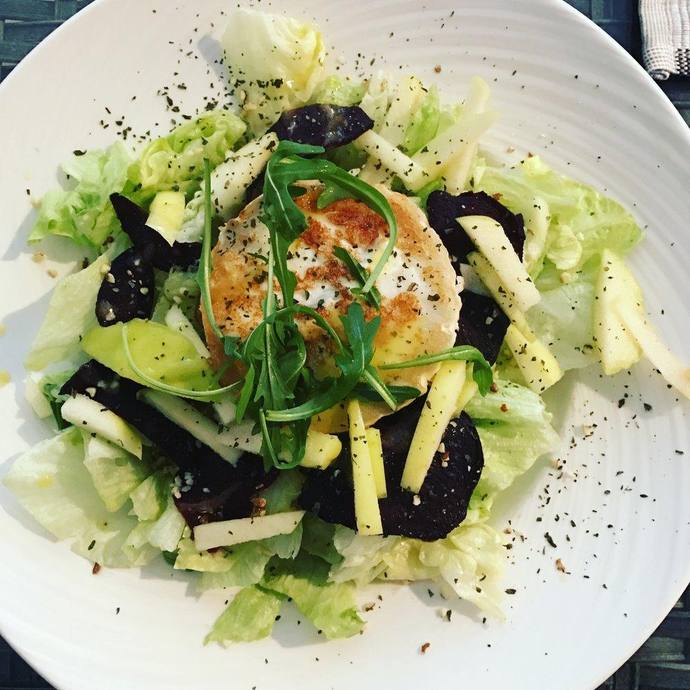 Hyvistä raaka-aineista koostettu salaattini. Kauniskin, mutta valitettavasti ei kaunistava. Mutta koska ruokaseura oli vähintäänkin kaunistavaa, söin ehdottomasti lämmöllä tuntien.
