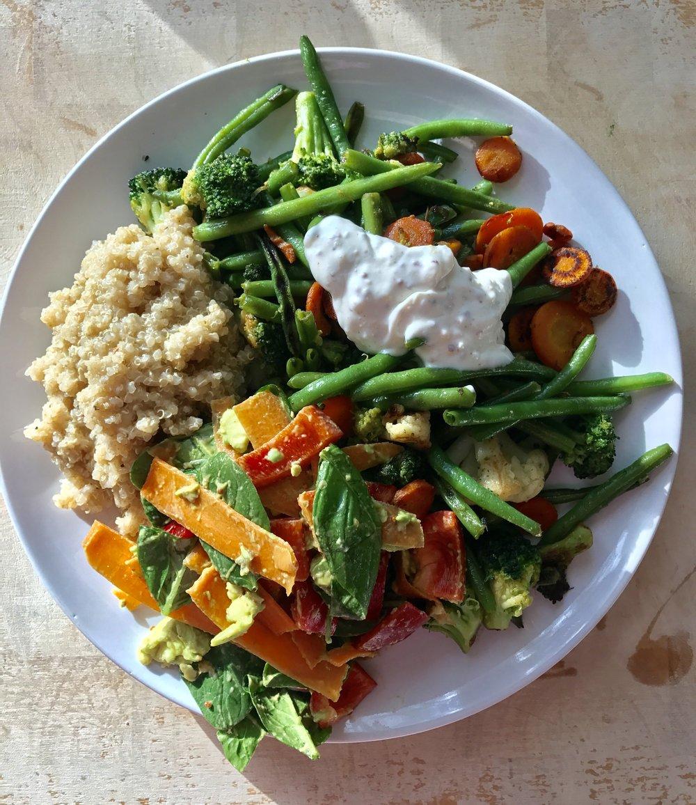 Pyöräilyn jälkeinen ruoka oli herkullista ja sitä oli riittämiin (tätä annosta ennen vetäsin lautasellisen tuota salaattia 😃 Syöty siis on!