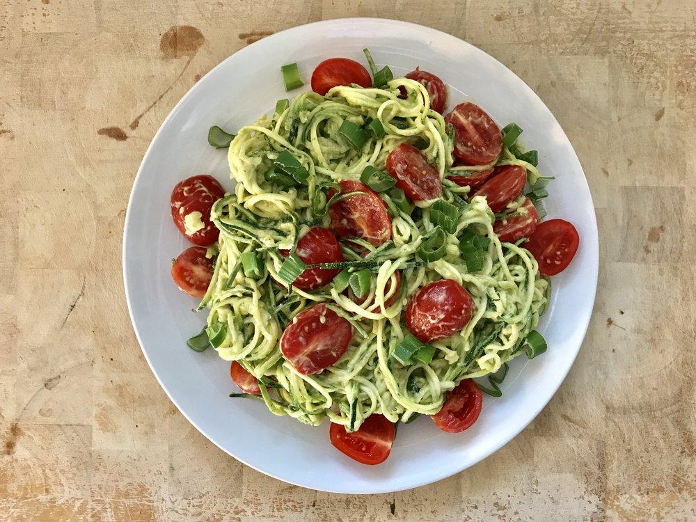 Tämän hetken lemppari. Kesäkurpitsapasta raakana. Cuacamolekastikkeella. Lisänä tomaatteja ja kevätsipulia. Valmistuu kymmenessä minuutissa ja on todella herkullista sekä täyttävää.