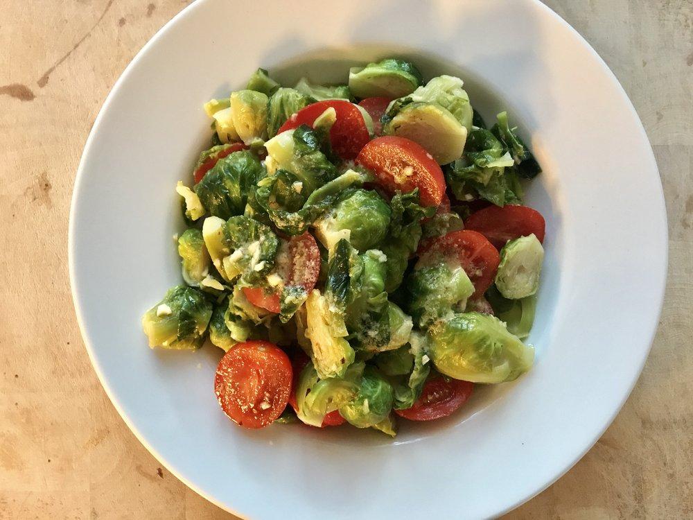 Kun ei ollut iso nälkä niin kauden ruusukaalit tomaatilla ja valkosipuli-macadamiaöljykastikkeella toimivat.