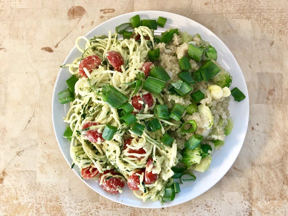 Elinen mättö. Nälkä oli kova Yyterilenkkeilyn jälkeen. Kesäkurpitsapastaa, kvinoaa ja ruusukaalia. Valkosipulia, sipulia ja tomaattia. Helppo ja toimii. Ps. kvinoa on proteiinipitoinen :)