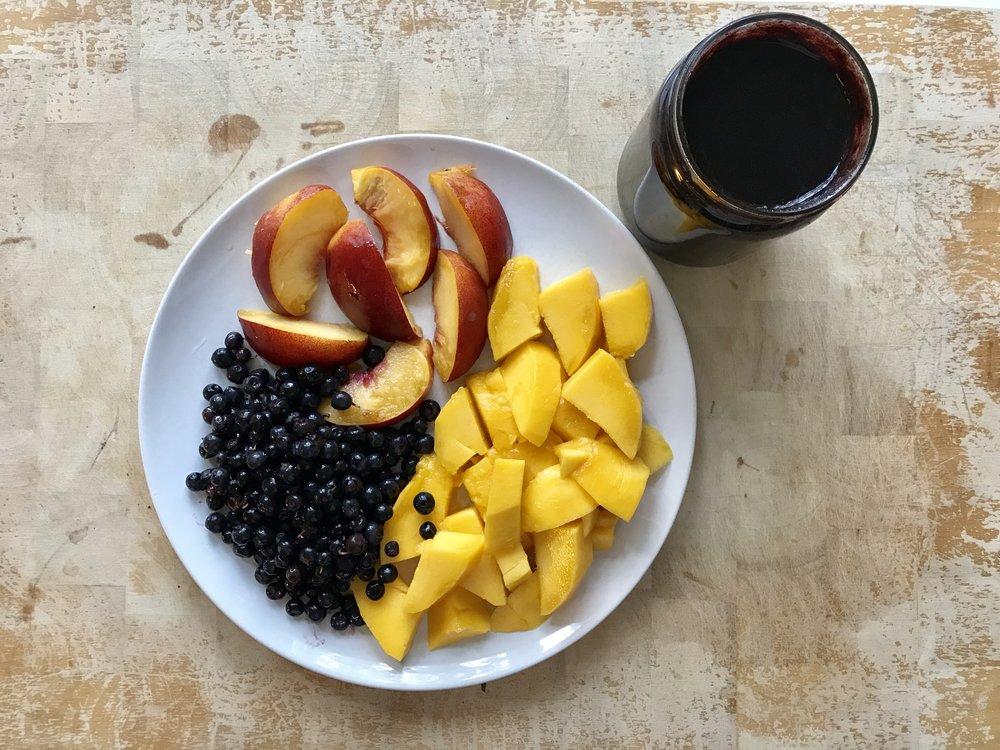 Jonkun päivän aamupala No 2. Vihreän voimaa mustikoilla, mustukkaa lisää, mango ja nektariini. Huomaa, että kun syön hedelmäaterian niin syön sen kunnolla. Eli tarkoitus ei ole vain ottaa pieni välipala yhdestä omenasta ja ehkä päärynästä. Ja sitten pelätä sokerin määrää. Ei. Tarkoitus on syödä siten, että syö omaan energiatarpeeseensa. Ja suurin osa meistä väheksyy omaa tarvettaan, siksi me olemme väsyneitäkin. Hedelmät ovat elimistöllemme helposti käyttöön otettavaa energiaa ja sitä pitäisi ehdottomasti hyödyntää enemmän.