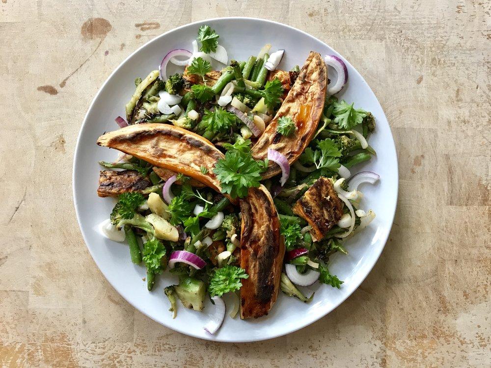 Salaattia uunibataatilla. Helppo ja kaunis. Ja Kaunistava.