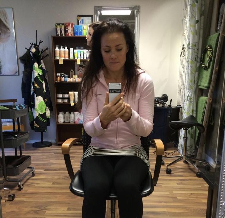 Alkukeväällä 2015 istuin ensimmäistä kertaa ekokampaajan penkillä. Itse näen kuvassa kuinka hiukset ovat huomattavasti ohuemmat päälaeltakin kuin nykyään.