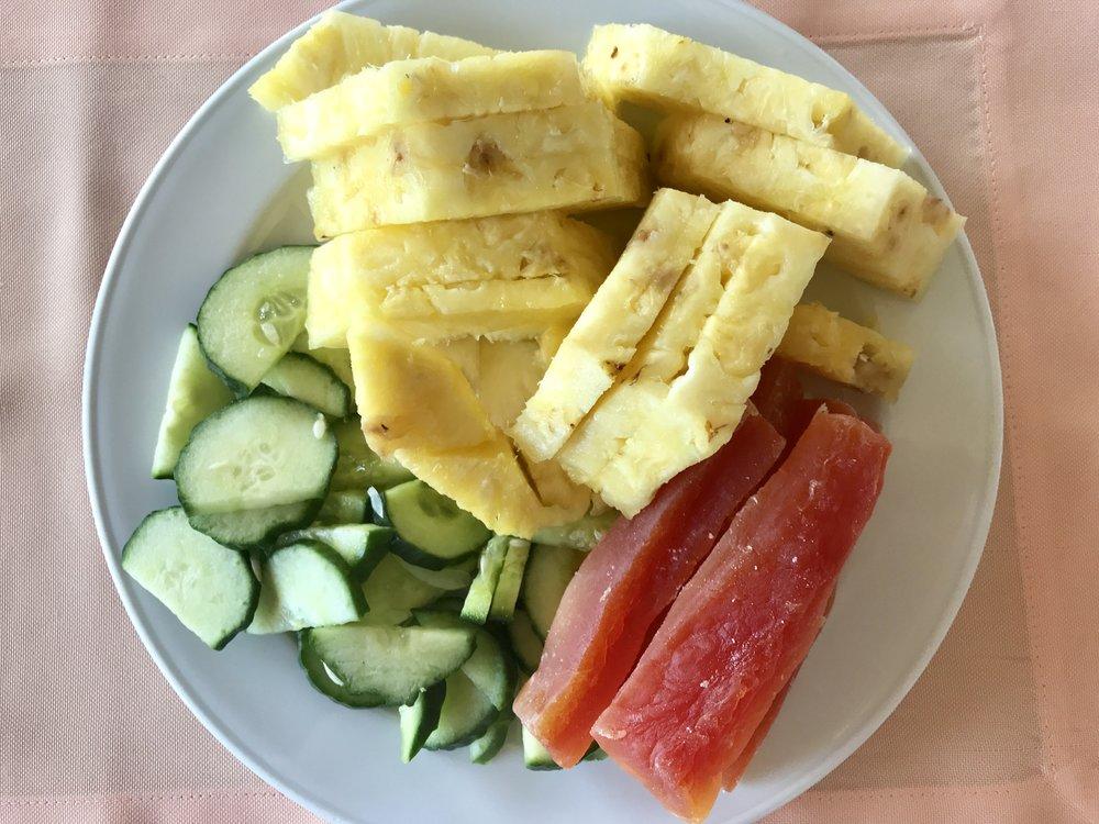 Pienen odottelun jälkeen ananasta, kurkkua ja kuivattua papaijaa.