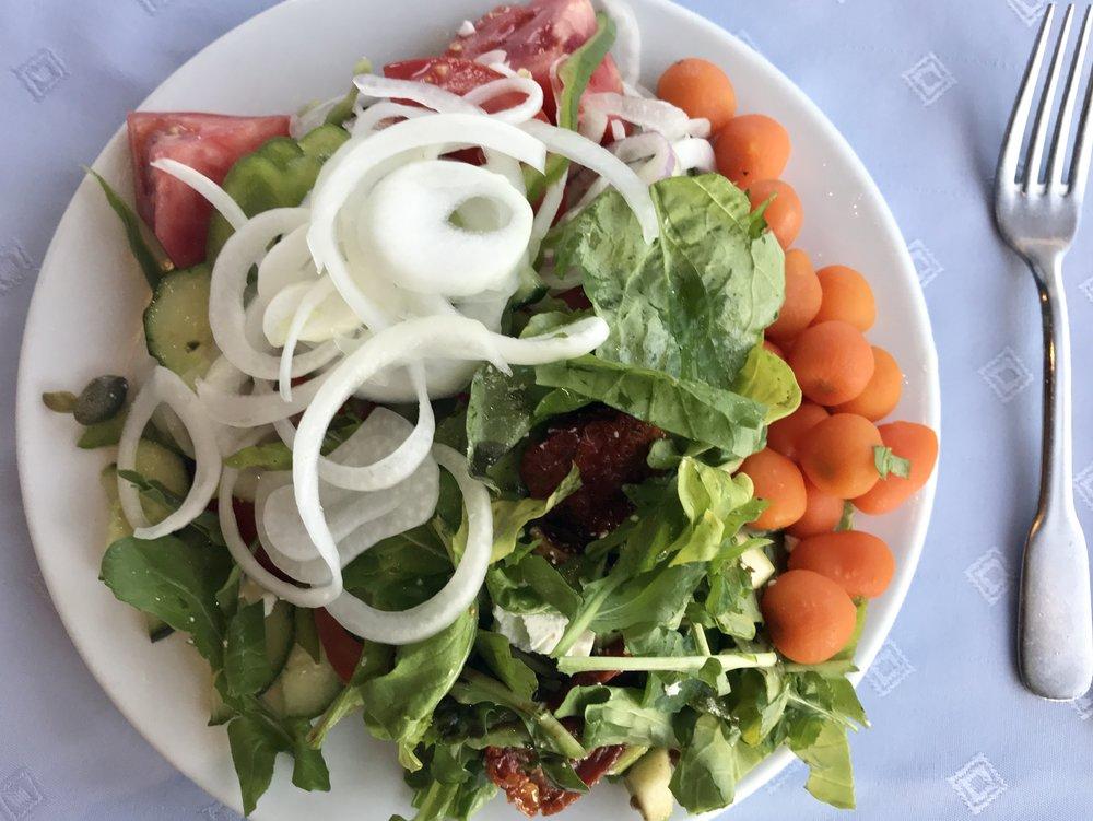 Päivällisellä tietenkin alkuun salaattia. Muista sipuli!