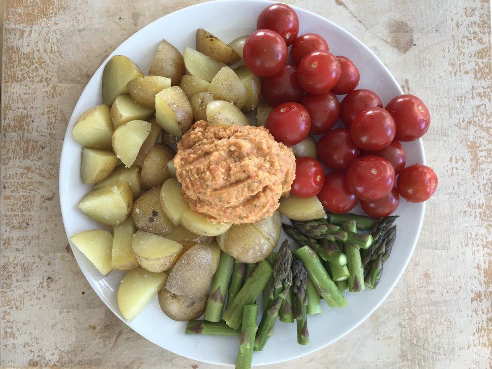 Hyvin yksinkertainen ateria höyrytetyistä perunoista ja parsasta. Kirsikkatomaatteja ja itsetehtyä hummusta jonka reseptiä en enää muista. Mutta siinä taisi olla kikherneitä, hieman tahinia, paprikaa ja porkkanaa sekä valkosipulia.