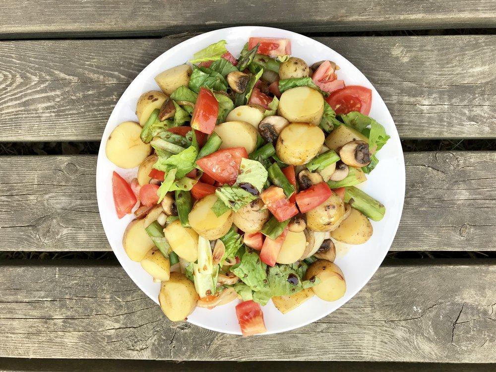 Höyrytettyä perunaa, salaattia ja tomaattia. Pannulla pienessä määrää kookosöljyä paistetut herkkusienet ja parsat. Annoksen viimeistelee Coco Aminos -kastike.
