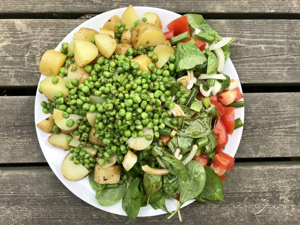 Yksi suosikeistani. Höyrytettyä perunaa ja herneitä. Mukana salaattia, sipulia, tomaattia ja kevätsipulia. Coco Aminos sopii tähän kastikkeeksi täydellisesti!