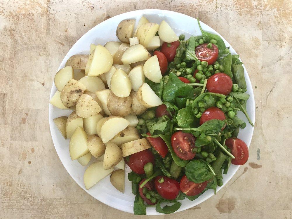 Yksinkertainen toimii hyvinvoinnille loistavasti. Höyrytettyä perunaa, salaattia herneillä.