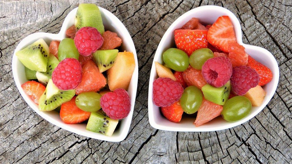 Hedelmistä ja marjoista saat eniten antioksidantteja sekä tärkeitä sokereita. Niitä saa ja kuuluu syödä PALJON! Kaksi tai kolme hedelmää päivässä ei riitä.