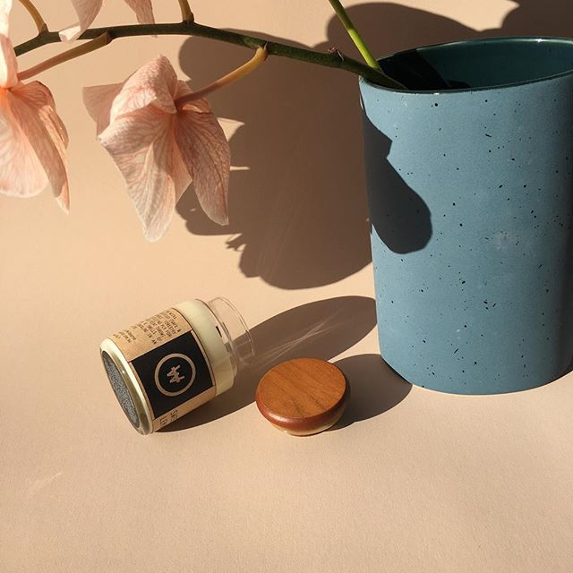 Classic Aacute Wood Wick candles to satisfy your senses 👃🌸 . . . . . #melbourne #aacute #candles #craft #melbournedesign #designstore #design #australiandesign #soycandles #daisyflower #daisy #australianhandmade #studio #woodwick #aacutecandles #handmade